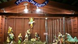 El niño Jesús y los Reyes Magos son puestos tras las rejas en