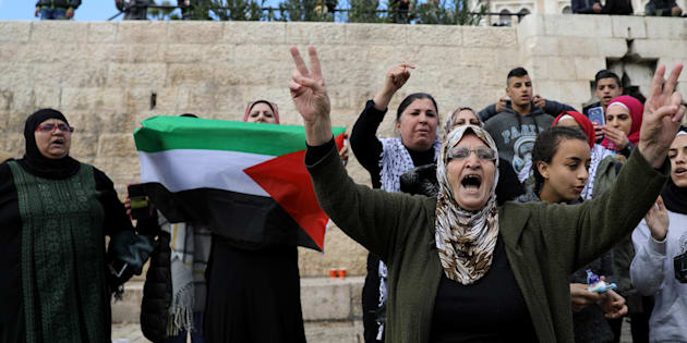 Dans la vieille ville de Jérusalem, des Palestiniens hurlent des slogans lors d'une manifestation après l'annonce du Président Trump de reconnaître Jérusalem comme capitale d'Israël, le 7 décembre 2017.