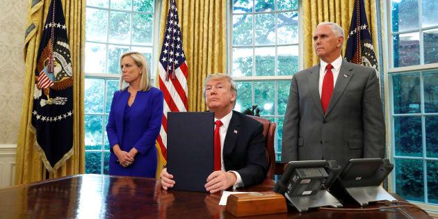 El presidente estadounidense, Donald Trump, firmó la orden de inmigración acompañado del vicepresidente, Mike Pence, y la secretaria de Seguridad Nacional, Kirtsjen Nielsen, en la Casa Blanca.