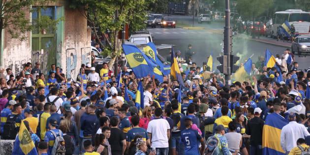 Aficionados de Boca Juniors, despidiendo a su equipo en Buenos Aires.