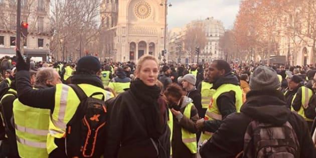 L'actrice Uma Thurman a pris la pose au milieu d'un cortège de gilets jaunes, sur la place Saint-Augustin, dans le 8e arrondissement de la capitale.