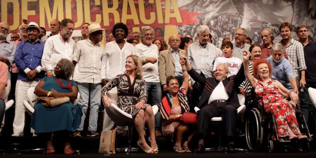 """Lula com artistas e intelectuais durante ato """"em defesa da democracia"""", em janeiro, no Rio."""