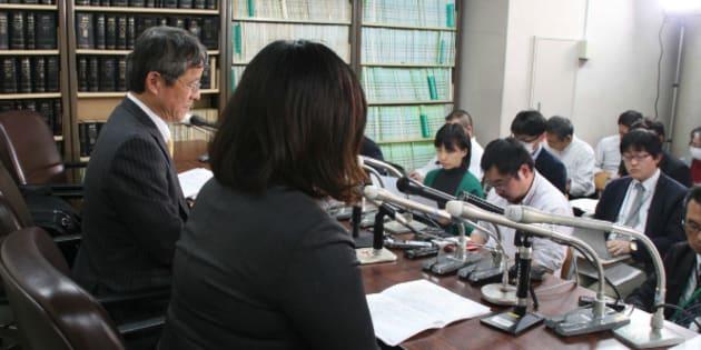 司法記者クラブで会見する松本聡香さん (2017年11月21日)