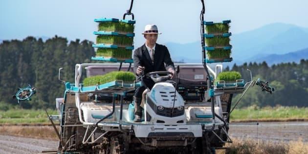 Kiyoto Saito cultive du riz en costard. Il souhaite prouver aux jeunes que s'occuper d'une ferme peut être divertissant.