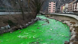 La rivière Valira d'Andorre a viré au vert