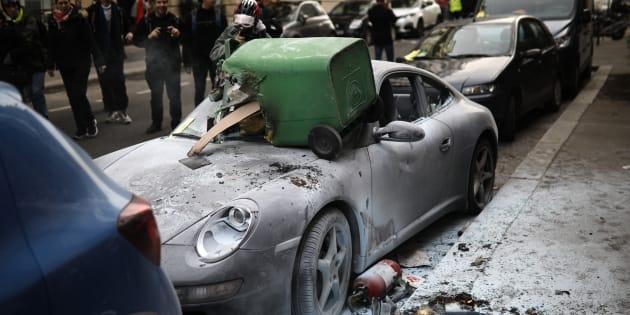 Une Porsche vandalisée en marge de la manifestation des gilets jaunes samedi 9 février (photo d'illustration).