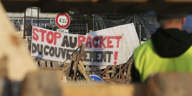 Une barricade de gilets jaunes photographiée du côté du Mans mercredi 5 décembre.