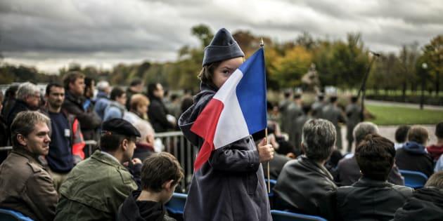 """Une jeune fille déguisée en """"poilu"""", lors d'une cérémonie en 2014 commémorant l'armistice du 11 novembre 1918."""