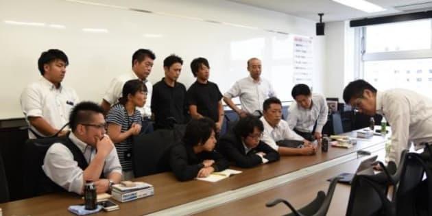 執行役員(右端)による禁煙セミナーを受けている社員たち(メッドコミュニケーションズ提供)