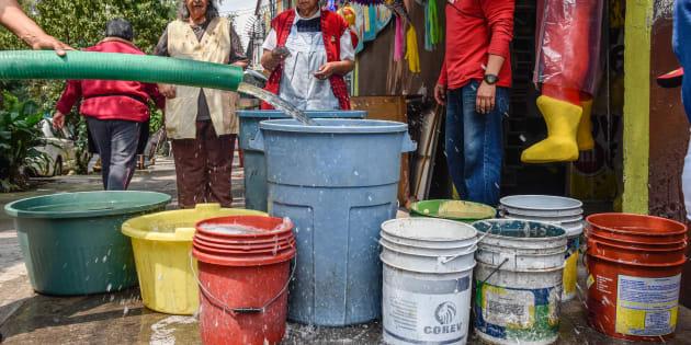 Las pipas de distribución de agua potable proveen a marchas forzadas a habitantes de Iztapalapa, una de las delegaciones en Ciudad de México con más problemas de desabasto.