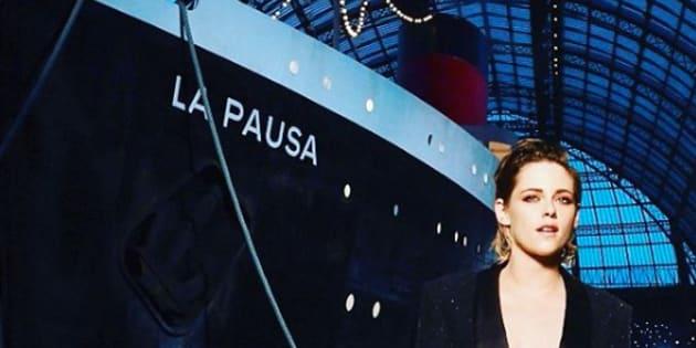 """Kristen Stewart, égérie de la maison Chanel était au Grand Palais pour amarrer le paquebot de Chanel, """"La Pausa""""."""