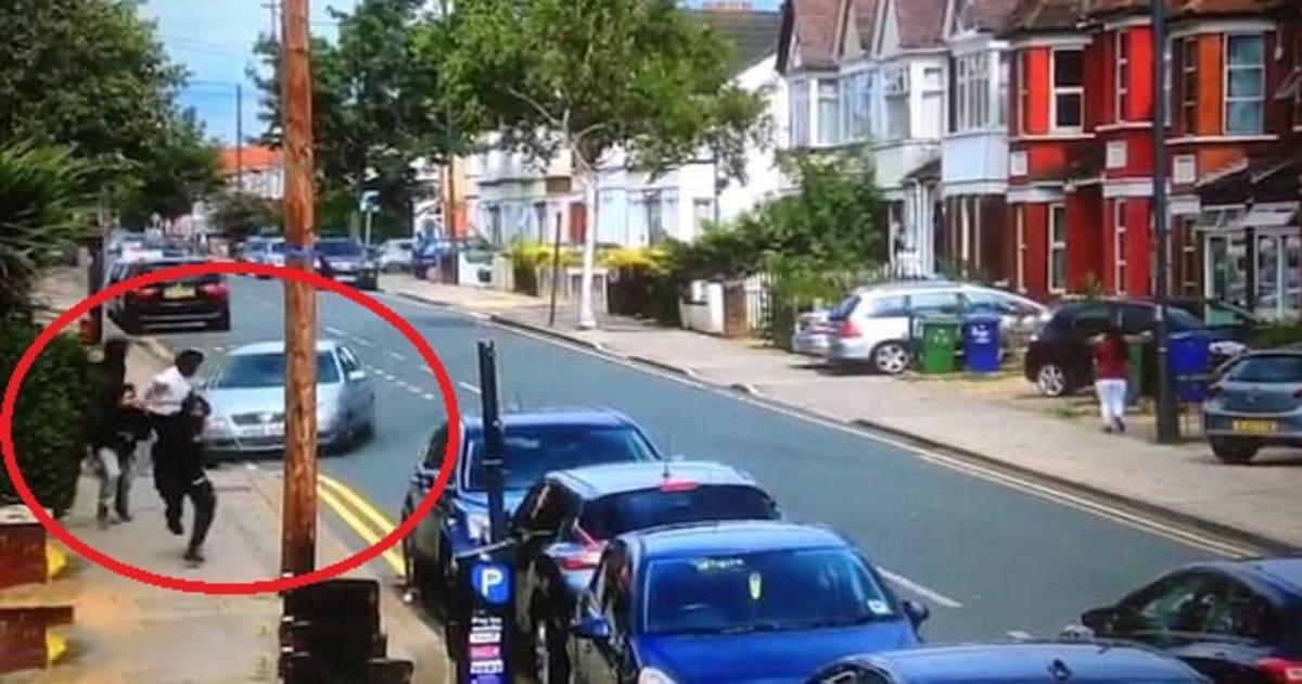 Babygang si fronteggiano col machete nelle strade di Londra. Un automobilista li investe