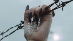 Les chaînes sur les ongles, une nouvelle tendance pas pratique du