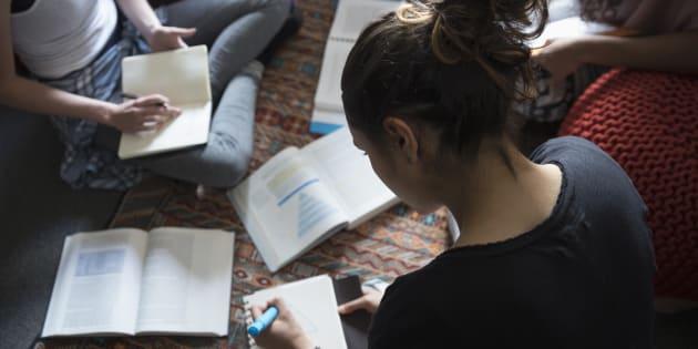 Chaque année, des fournées de diplômés sortent de leurs classes en n'ayant jamais été exposés à autre chose que le discours dominant.