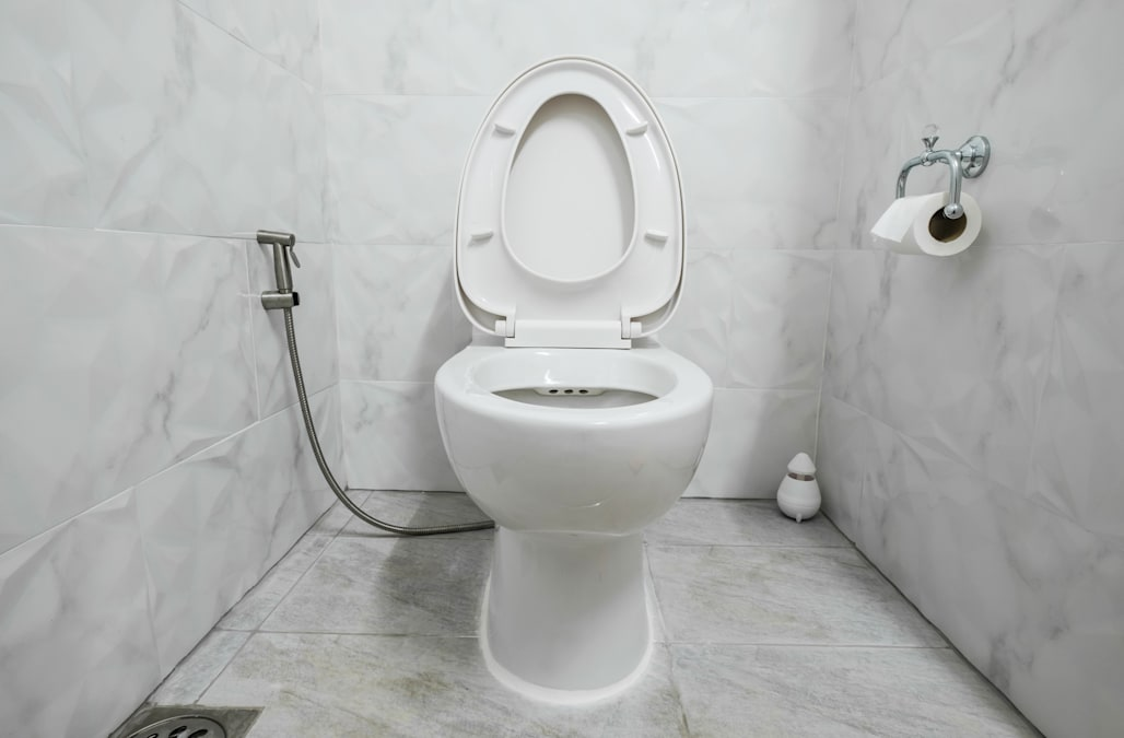 10 ways you never knew you were using the toilet wrong. Black Bedroom Furniture Sets. Home Design Ideas