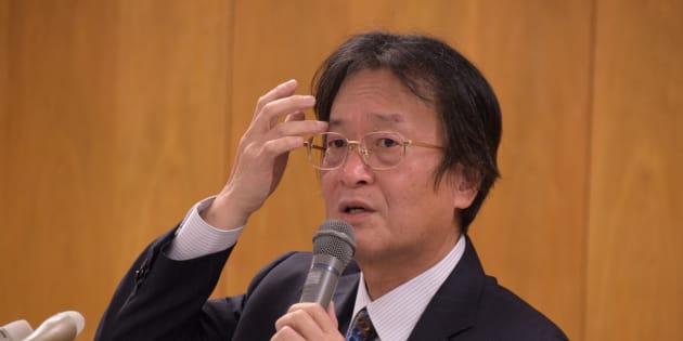 会見で説明する和田利次・泰明小学校校長=中央区役所