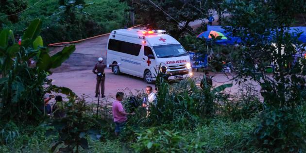 Dos ambulancias llevaron al sexto y séptimo niños rescatados de la cueva de Tham Luang a un hospital en Chiang Rai.