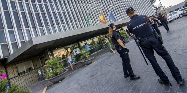 Agentes de Policía, desplegados en el exterior del hospital sevillano de Valme, donde se produjo el accidente.