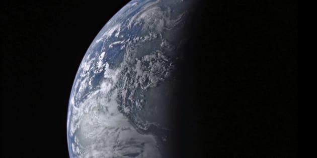 La Tierra vista a 34.692 millas (casi 56.000 kilómetros), en una imagen de la NASA de 2005.