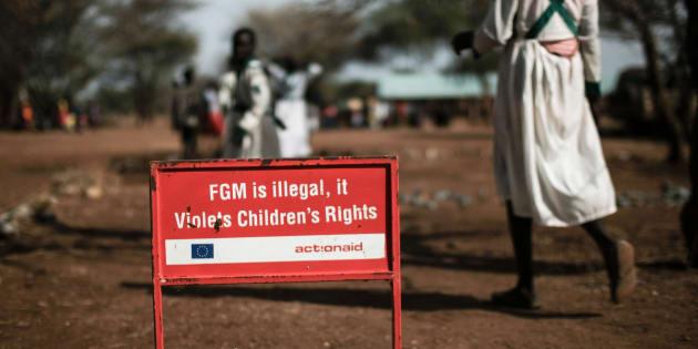 """Dans un village d'Ouganda, une pancarte prévient de l'interdiction des mutilations génitales féminines (""""female genital mutilation"""" ou FGM), le 30 janvier 2018."""