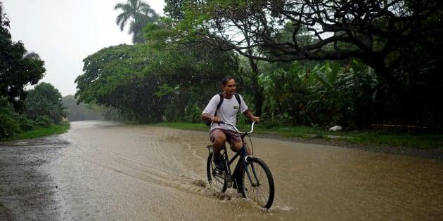 Un hombre en bicicleta recorre Bahía Honda, Cuba, el 26 de mayo de 2018.