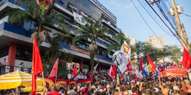 """O burburinho era grande. Manifestantes pró Lula estavam esperançosos. """"Ele não vai se entregar hoje. Vai esperar até amanhã"""", disse um"""