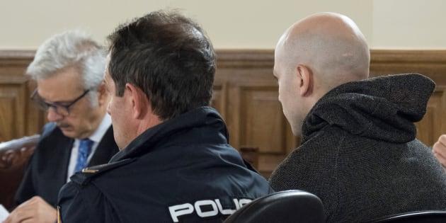 El acusado de asesinato, Sergio Morate (derecha), durante la vista oral del juicio que se celebra en Cuenca y en el que se le acusa de asesinar a Marina Okarinska y Laura del Hoyo en agosto de 2015.