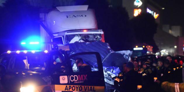 La noche de ayer, un tráiler embistió a varios vehículos en la autopista México-Toluca, a la altura del kilometro 15, hasta el momento se han confirmado 10 personas muertas y más de 30 heridos.
