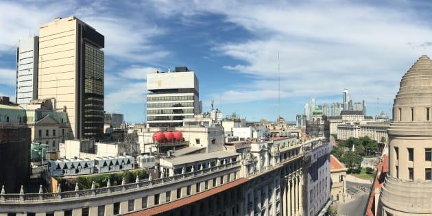 La ciudad argentina de Buenos Aires vista desde uno de los muchos edificios ubicados en el distrito del centro de la ciudad con la famosa Plaza de Mayo al final de la avenida.
