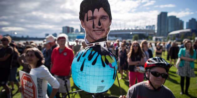 Une manifestation contre le rachat du pipeline Trans Mountain par Ottawa.
