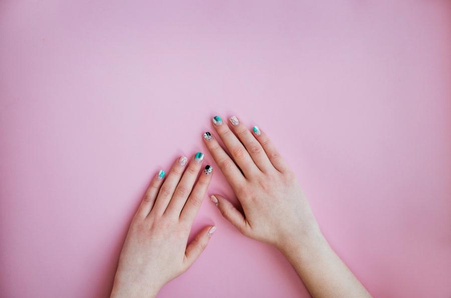 Necesitarías  alrededor de 250 años de estarte poniendo gelish semanalmente para que te dé cáncer de piel.