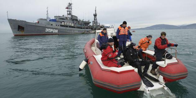 Des secouristes prennent part aux opérations de recherches sur le site du crash de l'avion militaire russe, en mer Noire, mardi 27 décembre.