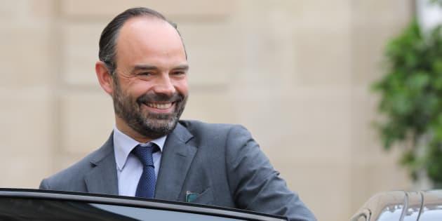 """Edouard Philippe raconte comment il a rencontré Macron """"allongé dans une voiture sous une couverture""""."""