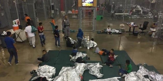 Crianças são separadas dos pais em centros de detenção para imigrantes nos EUA