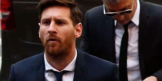 Barcelona's Argentine soccer player Lionel Messi (C) arrives to court with his father Jorge Horacio Messi to stand trial for tax fraud in Barcelona, Spain, June 2, 2016.  REUTERS/Albert Gea