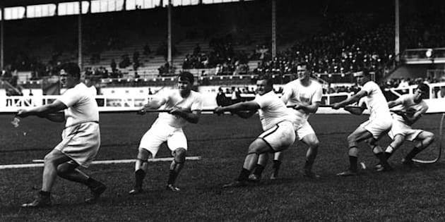 July 1908:  The Unites States tug-of-war team in action during the 1908 London Olympics at White City Stadium.  (Photo by Topical Press Agency/Getty Images)