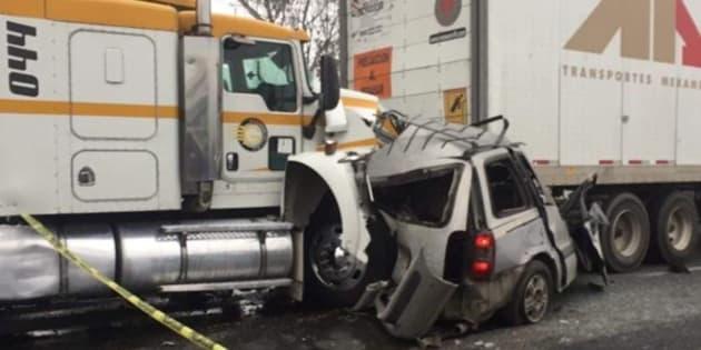 El operador del primer tráiler se impactó contra la parte trasera de la camioneta, la cual arrastró hasta que chocó contra el otro tractocamión.