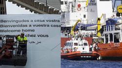 Aquarius sbarca a Valencia. Cartello di benvenuto in 5 lingue, ma non in