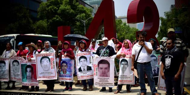 Familiares de los 43 estudiantes de la escuela de formación docente de Ayotzinapa, desaparecidos en septiembre de 2014 en Iguala, Guerrero, durante una manifestación el 26 de abril de 2018.