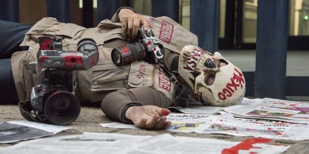 Periodistas de diferentes medios de comunicación protestan en contra de los asesinatos a miembros de su gremio a las afueras de la PGR; en lo que va del mes, se registraron tres asesinatos a comunicadores.