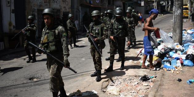 Soldados participam de operação contra tráfico de drogas na favela Jacarezinho, no Rio de Janeiro, no início deste ano.