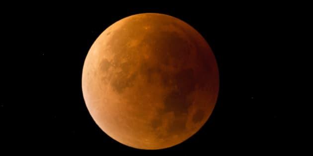 皆既月食のイメージ写真