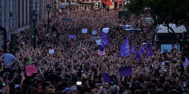 Viol collectif: des dizaines de milliers de manifestants à Pampelune contre le verdict polémique.