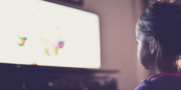 Imagen de archivo de una niña viendo la televisión.