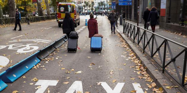 Una pareja camina en el carril bus durante la huelga de los taxis en noviembre de 2017.