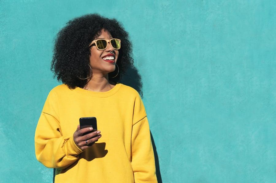 Mujer afrodescendiente usando unos lentes de sol.