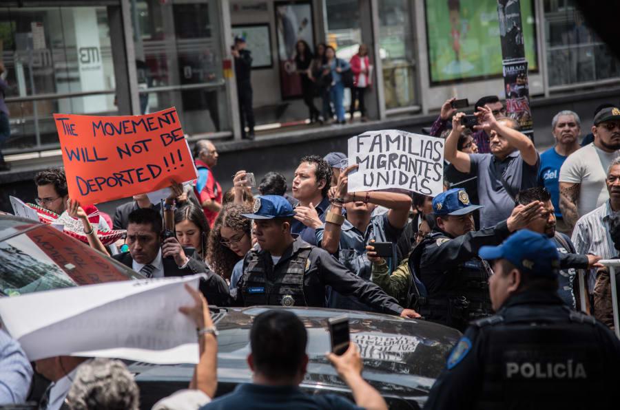 Manifestantes en contra de las políticas migratorias de Trump se presentaron durante el arribo de la comitiva estadounidense a la casa de transición de Andrés Manuel López Obrador, el 13 de julio de 2018.