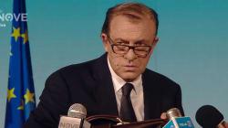Crozza si trasforma in Giovanni Tria, ostaggio del governo: la conferenza stampa da