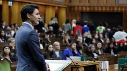 De jeunes femmes mordues de la politique tournent le dos à Trudeau pendant son