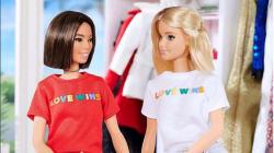 バービーが「愛は勝つ」Tシャツを着て、LGBTQのサポートを表明